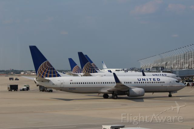 Boeing 737-800 (N37281) - 082512 taxiing in to concourse B