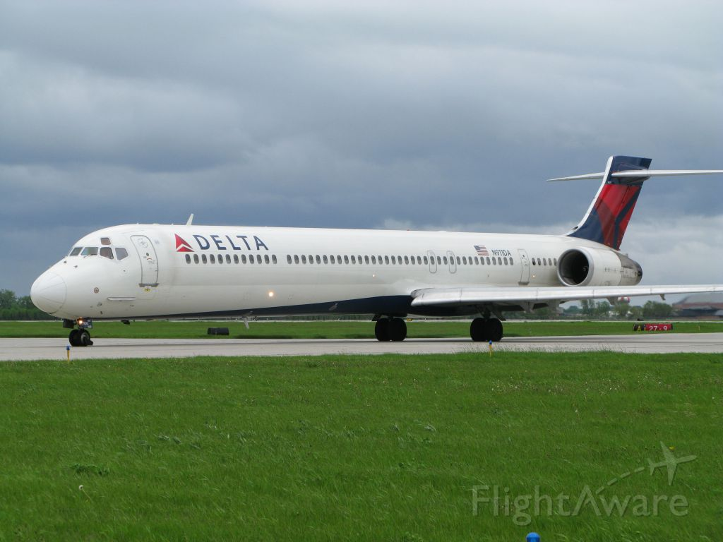 McDonnell Douglas MD-90 (N911DA)