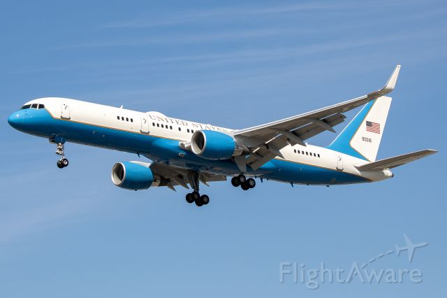 09-0016 — - Air Force One on short final for 20R at John Wayne
