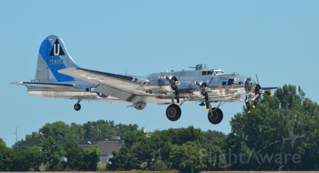"""Boeing B-17 Flying Fortress (N9323Z) - Boeing B-17G """"Sentimental Jouornay"""" landing in Sioux Falls SD following a Media flight prior to the Sioux Falls Airshow"""