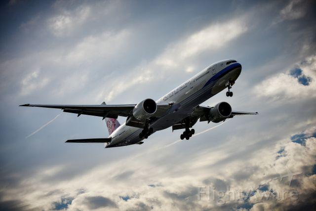 BOEING 777-300ER (B-18052)