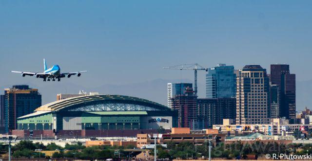 N28000 — - Air Force One landing RWY 8 Over Downtown Phoenix
