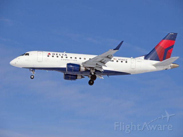 Embraer 170/175 (N746CZ)
