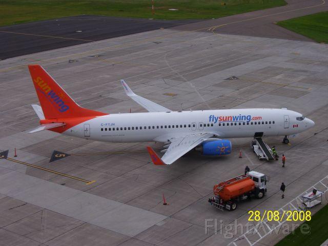 Boeing 737-800 (C-FTJH)