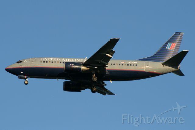 BOEING 737-300 (N328UA) - On short final to runway 4R,  September 1, 2008