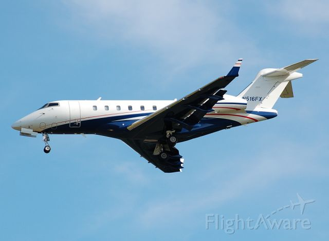 Bombardier Challenger 300 (N516FX) - Final for runway 06.