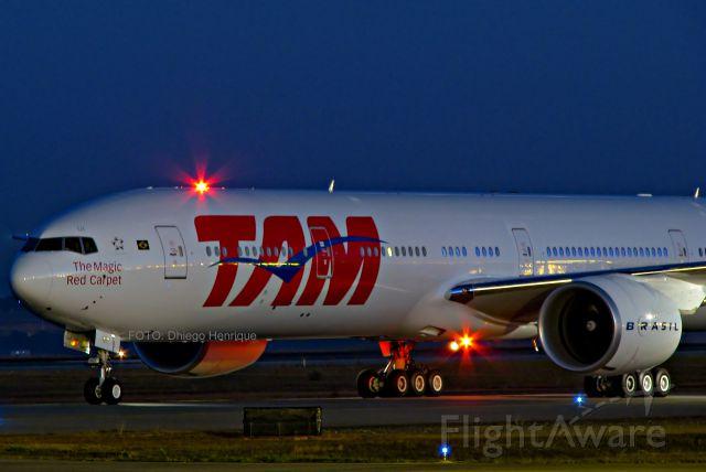 BOEING 777-300 (PT-MUI)