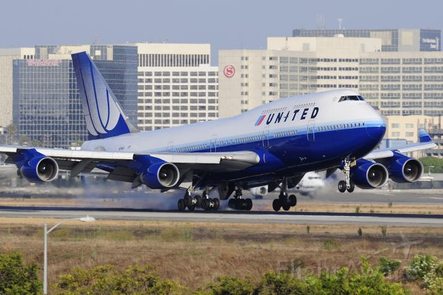 Boeing 747-400 (N179UA) - Runway 24R landing.