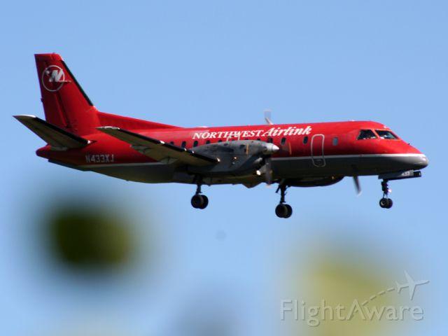 Saab 340 (N433XJ) - landing runway 22
