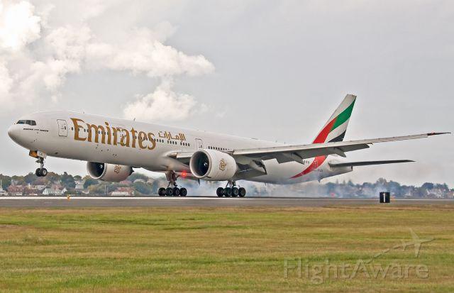 BOEING 777-300ER (A6-ECA) - RWY27 arrival