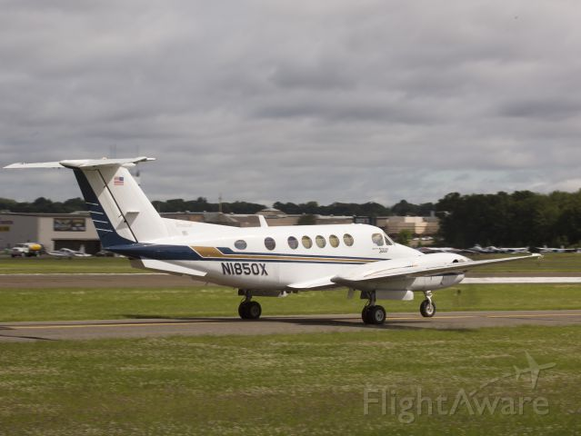 Beechcraft Super King Air 200 (N1850X) - Taxiing out for departure runway 26.