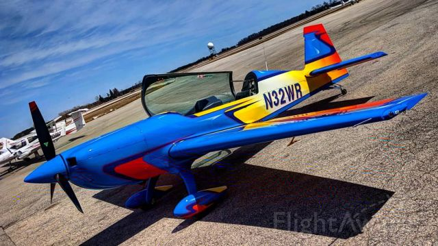 EXTRA EA-300 (N32WR) - Flashy Extra 300
