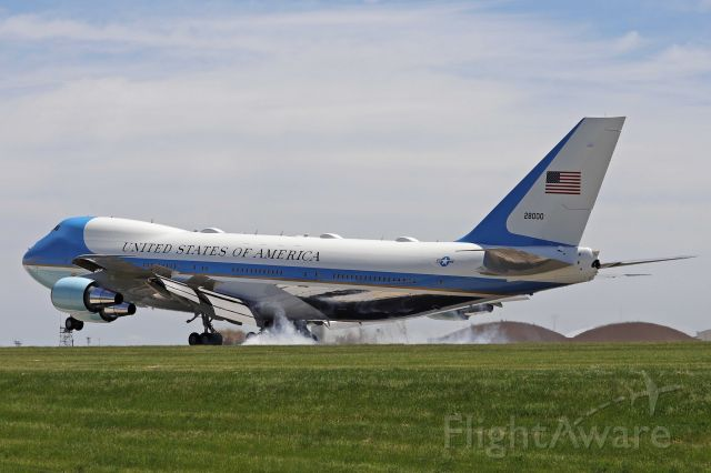 Boeing 747-200 (82-8000) - Air Force One smokin' on arrival at Hopkins this afternoon, 27 May 2021.