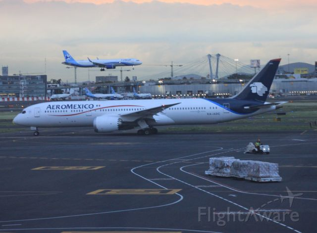 Boeing 787-8 (XA-ADC) - A321 INTERJET LANDING + B788 AEROMEXICO XA-ADC