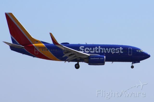 Boeing 737-700 (N778SW) - Landing 27