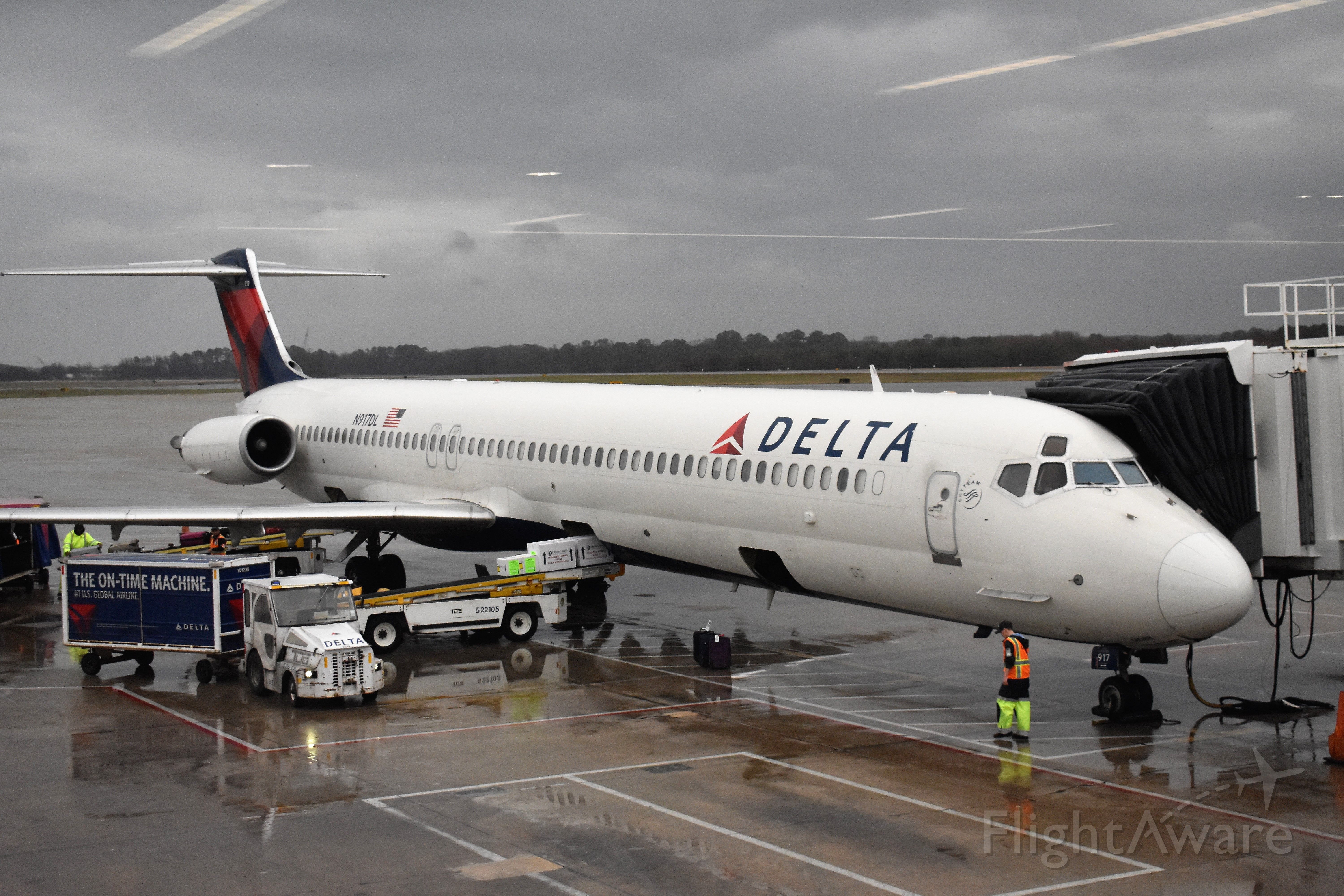 McDonnell Douglas MD-88 (N917DL) - Rainy day in Norfolk. Before departure to Atlanta