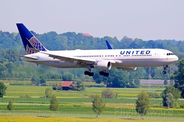 BOEING 767-200 (N666UA)
