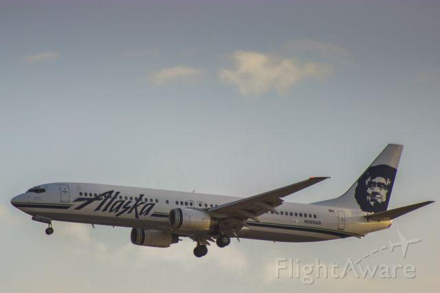 Boeing 737-900 (N303AS) - Alaska 737-900 landing and LAX
