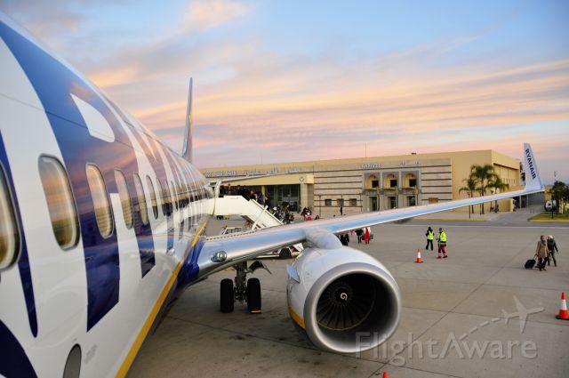 Boeing 737-700 (EI-ESN) - Ryanair Boeing 737-8AS(WL) EI-ESN boarding in Fez