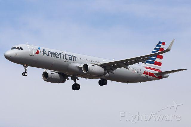 Airbus A321 (N102NN) - Landing.