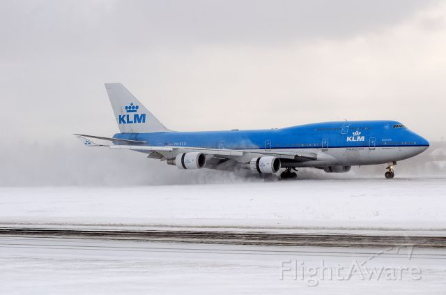 Boeing 747-400 (PH-BFD) - Landing in heavy snow in a short runway and thrust reverser deploys.