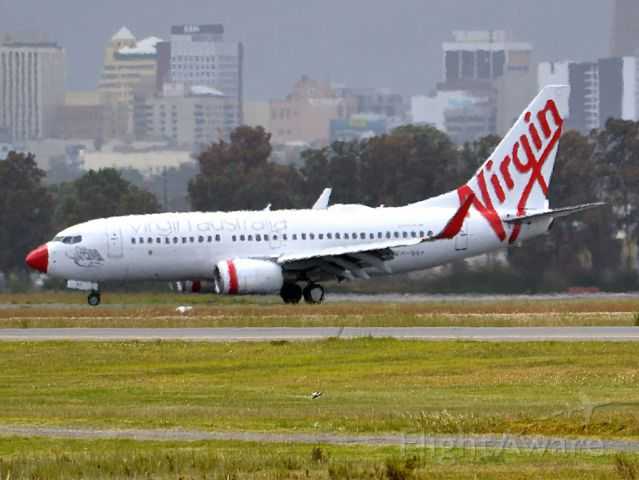 Boeing 737-700 (VH-VBY) - Whoops! Did somebody attach the wrong coloured nose cone? Friday 5th October 2012.