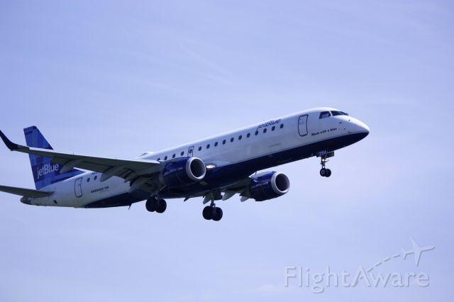 Embraer ERJ-190 (N294JB) - On final for Rwy 19 at KDCA