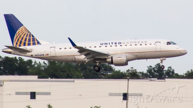 Embraer 170/175 (N858RW) - If you look closely, you can see the co-pilot waving!