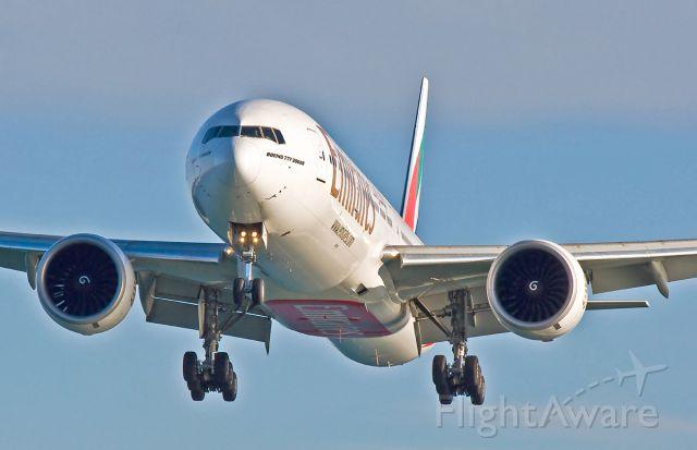 BOEING 777-300ER (A6-ECH) - 33L arrival from Dubai