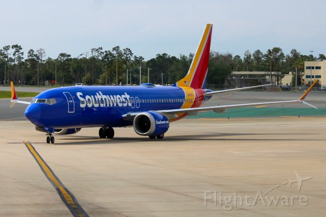 N8725L — - Southwest 737-Max 8 about to pull into the gate at MCO.