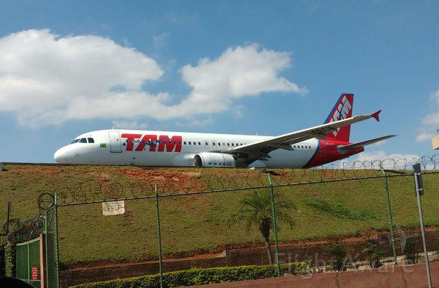 Airbus A320 (PR-MYY) - Airbus A320 da TAM aguardando para decolagem no Aeroporto de Congonhas.br /Obs: Foto tirada no final de 2016