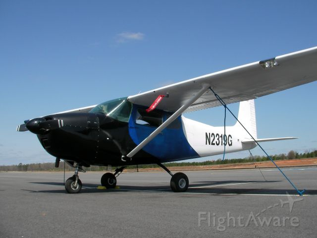Cessna Skylane (N2319G) - Sunny day on the ramp.