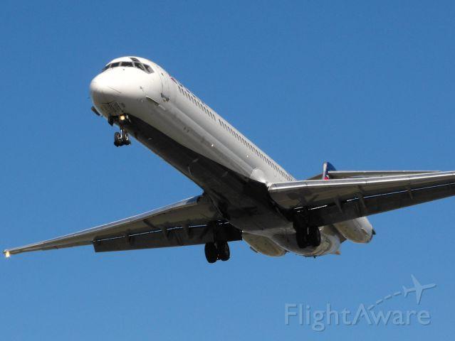 McDonnell Douglas MD-88 (N915DL) - Delta 2229 short final RWY 27