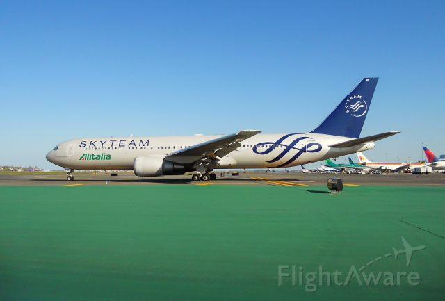 EI-DBP — - Taxiing outbound on Lima TWY to depart 15R from the Volpe IAB @ KBOS Logan !