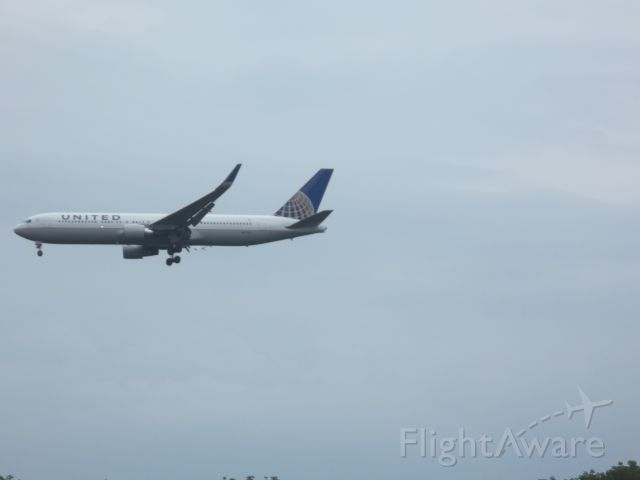 Boeing 777-200 — - United Airlines 777-200 plane landing at Dulles International Airport.