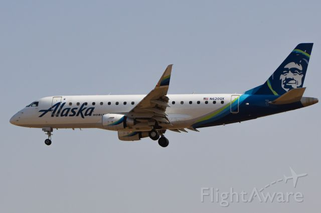 Embraer 175 (N620QX) - Alaska oporated by Horizon on short final for 29R from Seattle