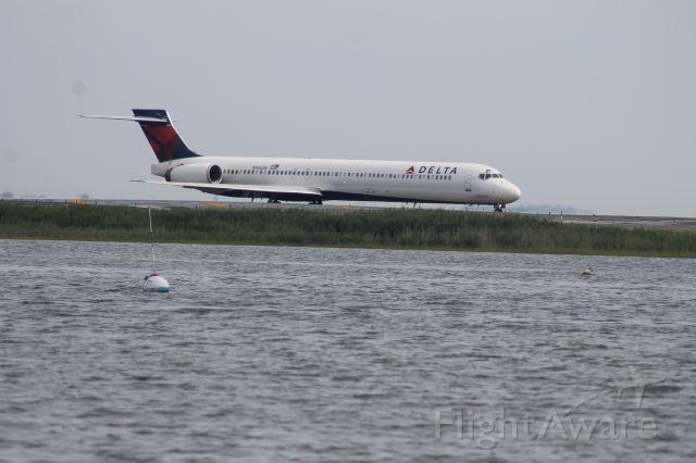 McDonnell Douglas MD-90 (N936DN)
