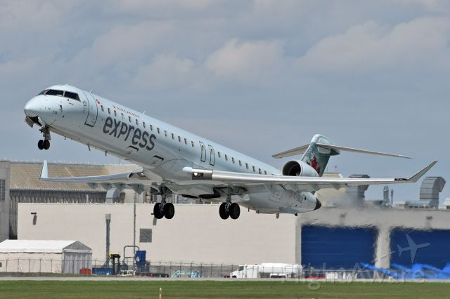 Canadair Regional Jet CRJ-900 (C-GNJZ)