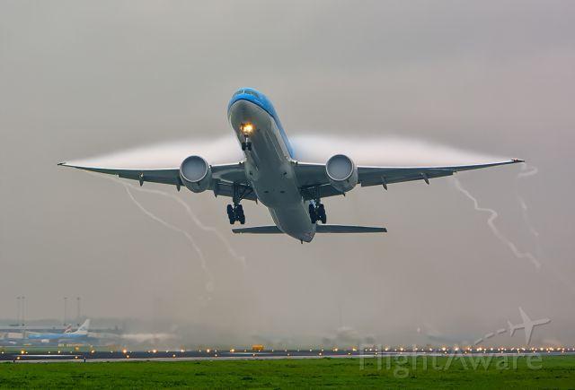 BOEING 777-300ER (PH-BVG) - Heavy condensation.