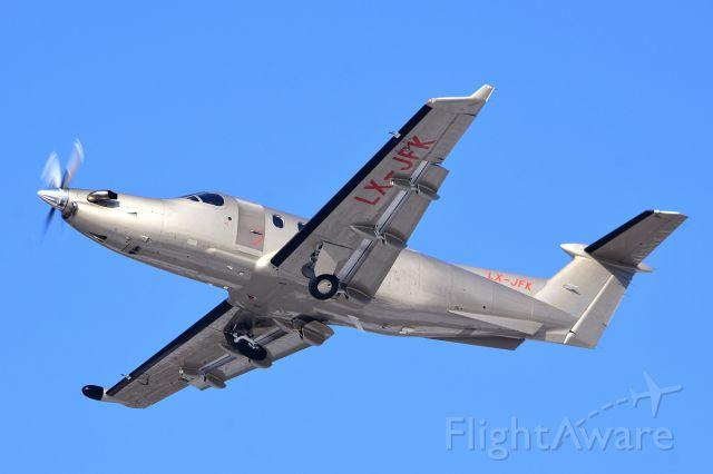 Pilatus PC-12 (LX-JFK) - hivernal departure