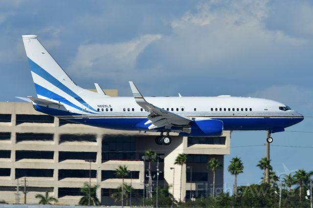 Boeing 737-700 (N889LS)