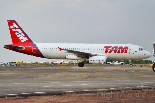 Airbus A320 (PR-MBZ) - Após pernoite, aeronave estava sendo rebocada para o Finger A