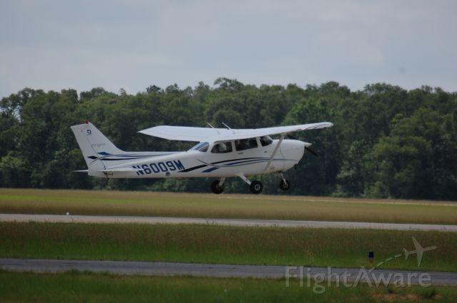 Cessna Skyhawk (N6009M) - Lifting off of 19 at Lone Star.