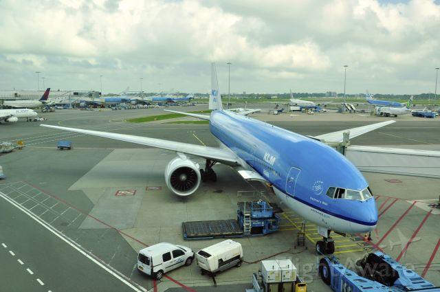 Boeing 777-200 (PH-BQH) - KLM Royal Dutch Airlines Boeing 777-206(ER) PH-BQH in Amsterdam