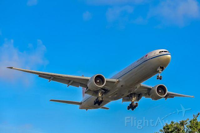 BOEING 777-300ER (B-2033)
