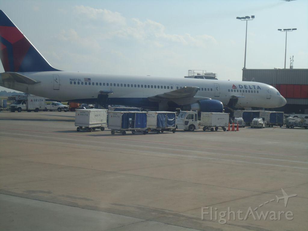 Boeing 757-200 (N657DL)
