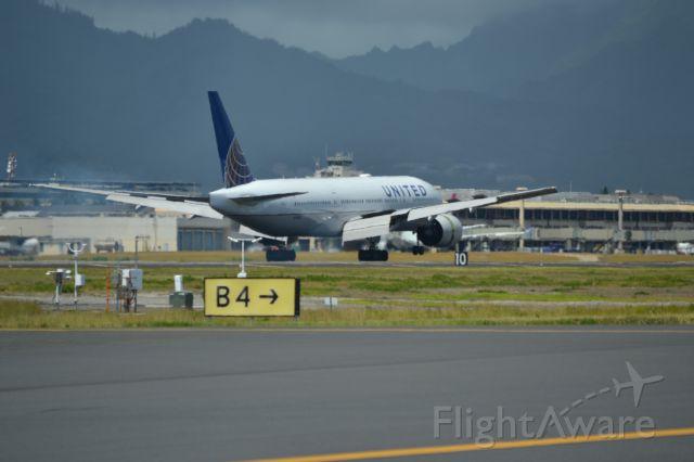 Boeing 777-200 (N780UA) - A United 777-200 touching down on 8L in Honolulu.