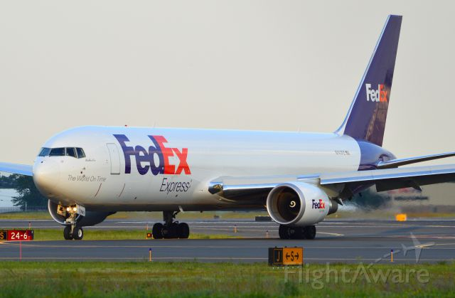 BOEING 767-300 (N141FE) - FedEx 763 pulling off 24 at KBDL