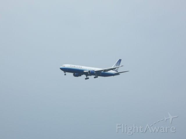 Boeing 777-200 — - A United Airlines 777-200 landing at Dulles International Airport.