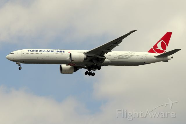BOEING 777-300 (TC-LJD) - 'Turkish 107' arriving from Istanbul